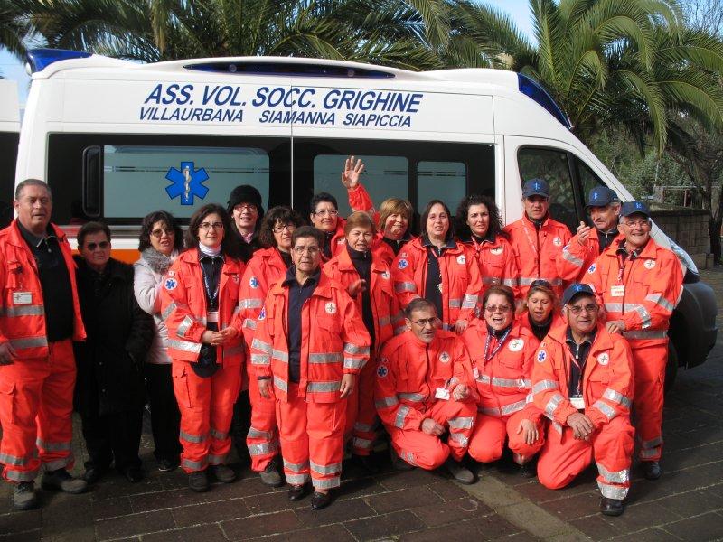 Foto di gruppo accanto alla nuova ambulanza dell'Associazione
