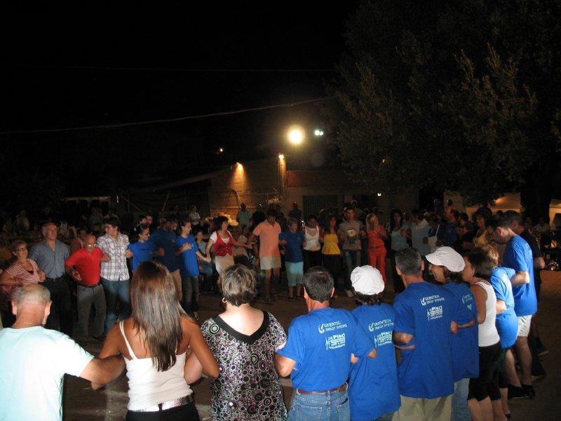 Balli in piazza per la festa dell'emigrato