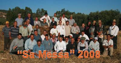 Gruppo di mietitori di Villaurbana in posa per la foto ricordo