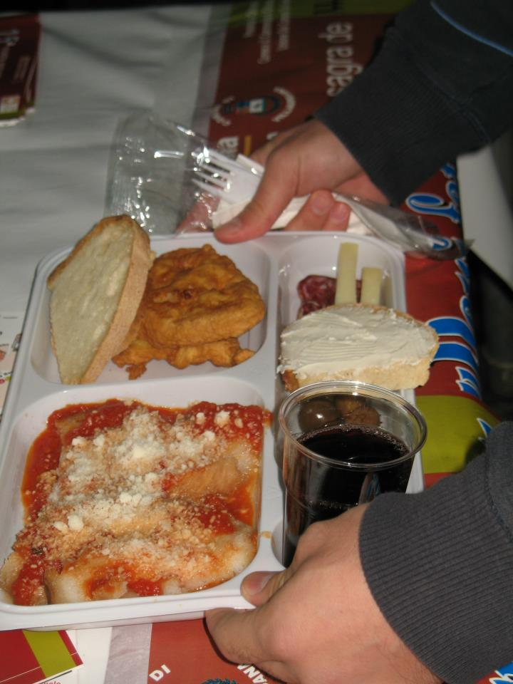 Suppas, Pani Indorau, pane con la crema di formaggio, formaggio, salsiccia, olive e vino.